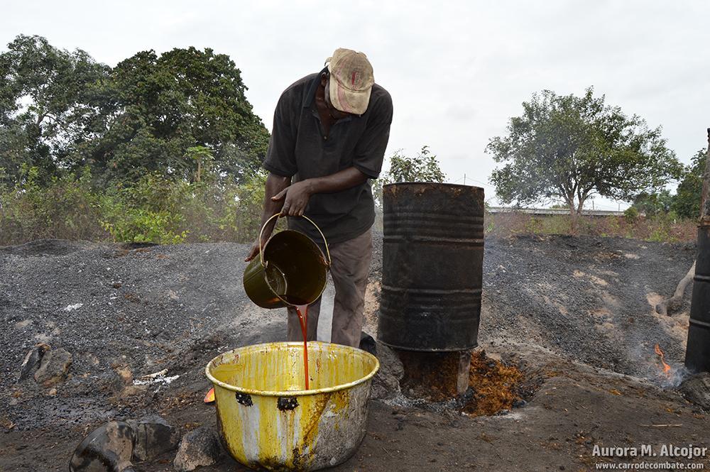 Durante siglos, la palma aceitera se ha utilizado en África occidental para la fabricación de aceite, vino, jabones... En la imagen, un campesino procesando su propio aceite. Foto: Aurora M. Alcojor